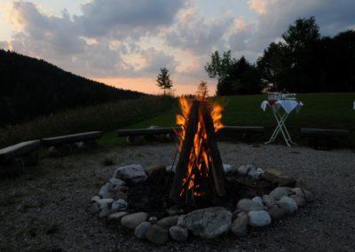 Lagerfeuer mit Sonnenuntergang