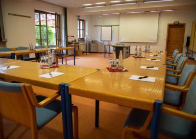 Seminarraum 3 / U-Form Blick auf Leinwand