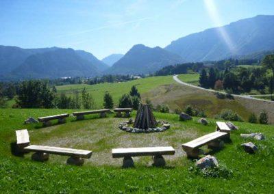Lagerfeuerplatz mit Bergpanorama